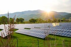 Панели солнечных батарей, photovoltaics, альтернативный источник электричества Взгляд солнечной станции на предгорьях горы - конц стоковое изображение