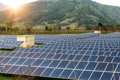 Панели солнечных батарей, photovoltaics, альтернативный источник электричества Взгляд солнечной станции на предгорьях горы - конц стоковое фото rf