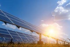 Панель солнечных батарей, альтернативный источник электричества - концепция устойчивых ресурсов, и это новая система которая може стоковые изображения