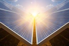 Панель солнечных батарей, альтернативный источник электричества - концепция устойчивых ресурсов, и это новая система которая може стоковое фото