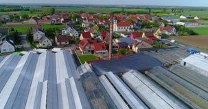 Панель солнечных батарей на крыше промышленного здания, европейский город, парники, европейское земледелие акции видеоматериалы