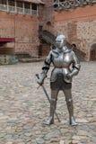 Панцырь рыцаря полностью со шпагой стоковое изображение