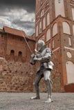 Панцырь рыцаря полностью со шпагой стоковое изображение rf