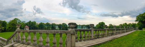Панорама балюстрады средневекового замка против облачного неба стоковое изображение