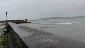 Панорама гавани и форта de Socoa в Аквитании, Франции, плохой погоде акции видеоматериалы