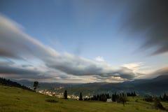 Панорама горы ночи лета Зеленая травянистая расчистка горы, елевые деревья на голубой выравниваясь предпосылке космоса экземпляра стоковые изображения