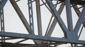 Панорама конца-вверх больших пядей железнодорожного моста акции видеоматериалы