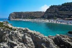 Панорамный вид на пляже песка Riaci расположенном около Tropea стоковые фото