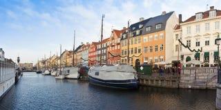 Панорамный вид Nyhavn во время праздников рождества с орнаментом рождества На датском оно значит стоковые изображения rf