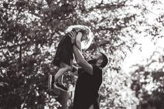 Папа и маленькая дочь имеют потеху и играть стоковые фото