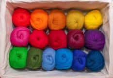 Пасма красочных потоков в теплые цвета для вышивки и шить в коробке стоковые фото