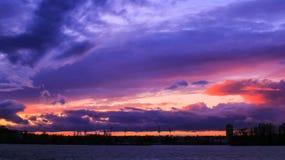 Пасмурный шторм причаливая над побережьем стоковая фотография rf