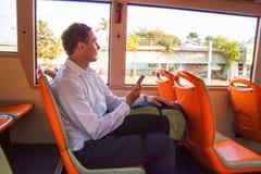 Пассажир в рубашке со смартфоном смотря окно в автобусе, туристе человека сидя в автобусе стоковое изображение rf