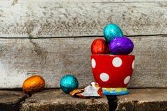 Пасхальные яйца в чашке яйца стоковые фотографии rf