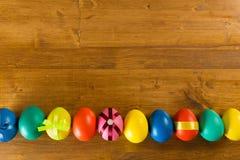 Пасхальные яйца на деревянной предпосылке, взгляде сверху стоковая фотография rf