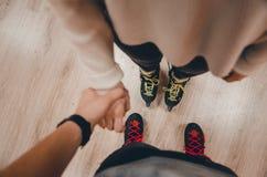 Пара держа руки стоковая фотография rf