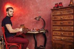 Парень Attrcative бородатый тратя время в мастерской стоковые фотографии rf