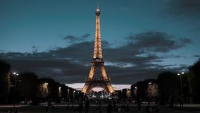 ПАРИЖ, ФРАНЦИЯ - 8-ОЕ АВГУСТА 2018: Эйфелева башня в центре столицы Взгляд от поля Марса вечер акции видеоматериалы