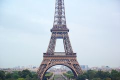 Париж, француз - 26,2017 -го август: Красивая Эйфелева башня во времени дня стоковое фото