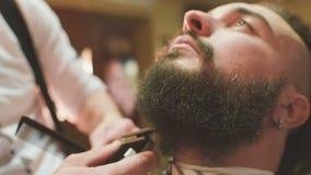 Парикмахер делает отрезок или вводить в моду бороды видеоматериал