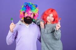 Парик носки отца и девушки человека бородатый красочный пока съешьте конфету леденца на палочке Отец вещи любя сделать для детей  стоковые фото