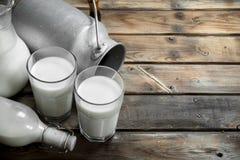 Парное молоко в стекле с консервной банкой стоковое фото