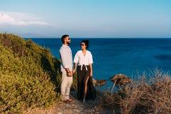 Пары в влюбленности на заходе солнца морем honeymoon Отключение медового месяца Мальчик и девушка на море женщина человека переме стоковые изображения rf