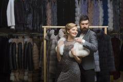 Пары в влюбленности среди меховой шыбы, роскоши стоковые фото