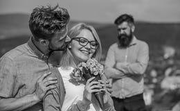 Пары в датировка влюбленности пока жена ревнивого бородатого человека наблюдая обжуливая его с любовником Романс flirt объятий лю стоковые фото
