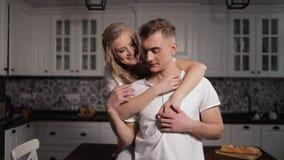 Пары обнимая в любов в кухне видеоматериал