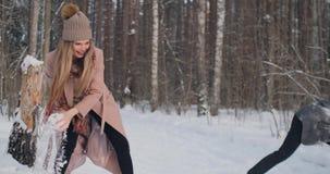 пары outdoors играя детенышей ландшафта часы зимы сезона видеоматериал
