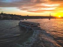 Паром на реке на заходе солнца в индюке стоковое изображение rf