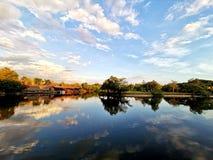 Пейзаж гостиницы берега озера стоковые изображения