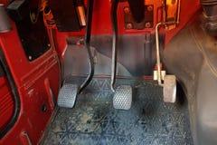 Педали управления автомобиля внутри ancien красное vehicule стоковые фото