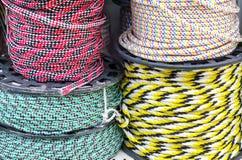 Пестротканые веревочки на катушках в окне магазина стоковое изображение rf