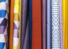 Пестротканые дизайны занавеса в окне магазина розничной торговли Образцы текстуры пестротканых тканей стоковое фото rf