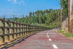 Пешеход и путь eco цикла, с барьером деревянных хоботов, идти человека и растительности и неба как предпосылка стоковая фотография