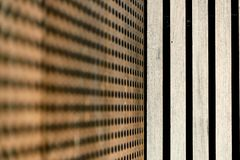 Пефорированная структура металла и деревянные предкрылки стоковая фотография