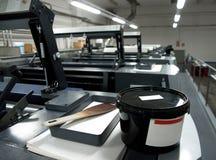 печатание давления машины смещенное Печать метода куда покрытое краской изображение возвращено от плиты к резиновому одеялу, посл стоковое фото