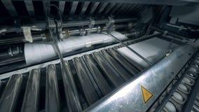 Печатная машина двигает бумагу, конец вверх видеоматериал