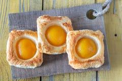 Печенье слойки с законсервированными персиками стоковые фото