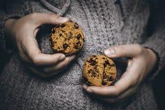 Печенья в руках стоковая фотография rf