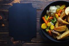 Печеные картофели с овощами в космосе лотка для рецепта стоковые изображения
