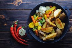 Печеные картофели с овощами в перце сковороды и chili стоковое изображение rf