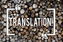 Перевод текста сочинительства слова Концепция дела для слов или текстов Transform к другой предпосылке языка деревянной стоковые изображения