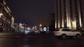 Перекрестки города ночи Величественная архитектура, автомобили управляет слева направо акции видеоматериалы