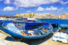 Перемещение в Италии - старом порте Gallipoli традиционный прибрежный город в Апулии стоковое фото rf