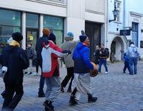 Перемещение к Эстонии, мантра Krishna зайцев индийская, улица Таллина в старом городке, городской жизни стоковые изображения