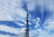 Передавая башня и облака в голубом небе, Пусане, Южной Корее стоковые фото