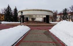 Переулок к мемориальному сложному вечному пламени зима валов снежка неба лож заморозка мрачного дня ветвей сини стоковая фотография rf